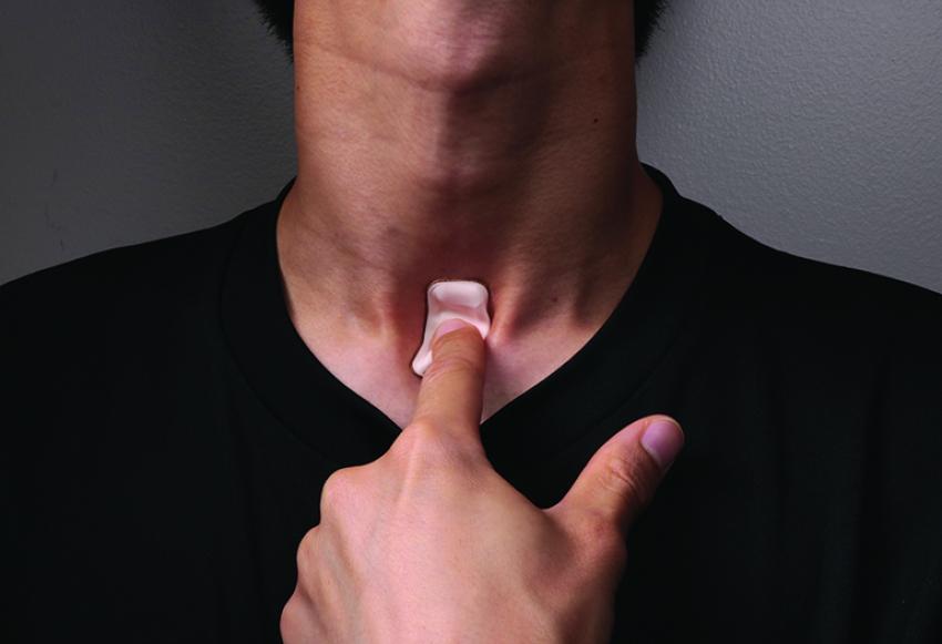 Гибкий горловой сенсор для отслеживания симптомов COVID-19