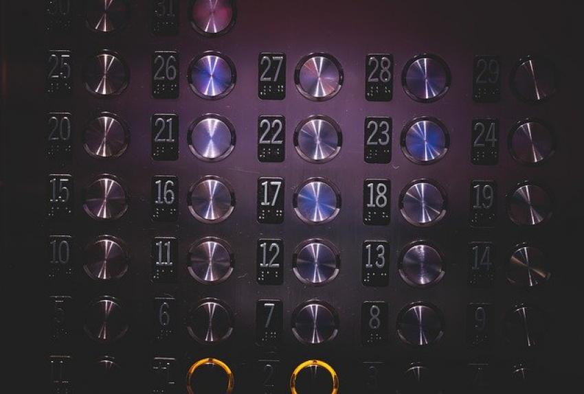 Женщина заразила 71 человек коронавирусом после одной поездки в лифте